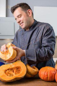 Frank Hilgert schält einen Kürbis im Herbst