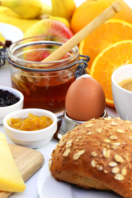 Frühstück mit Brötchen Marmelade Kaffee Ei