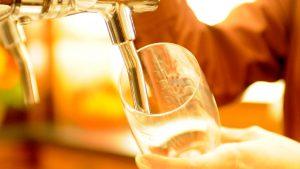 bier zapfen servicemitarbeiter restaurant