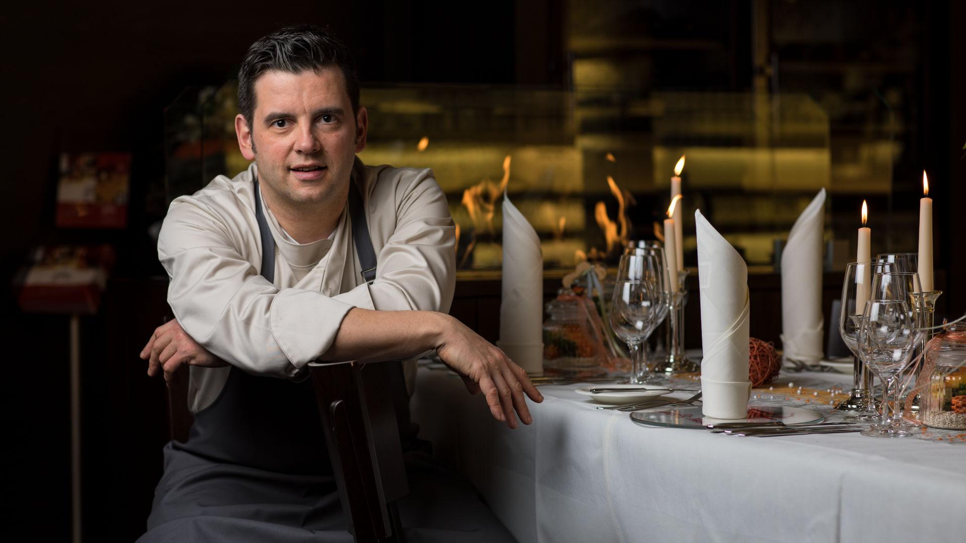 Frank Hilgert im Restaurant muehlentor schoen gedeckter tisch