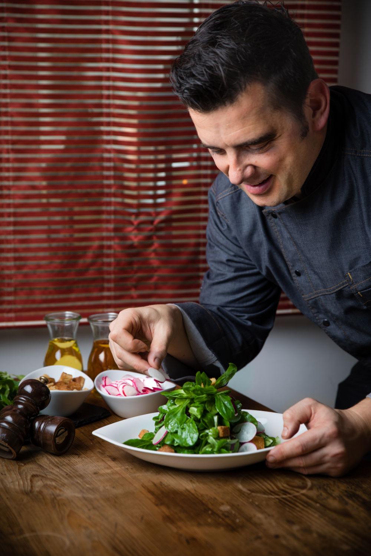 Chefkoch Salat anrichten