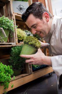 Frank Hilgert mit frischen Gartenkräutern aus dem Höfchen