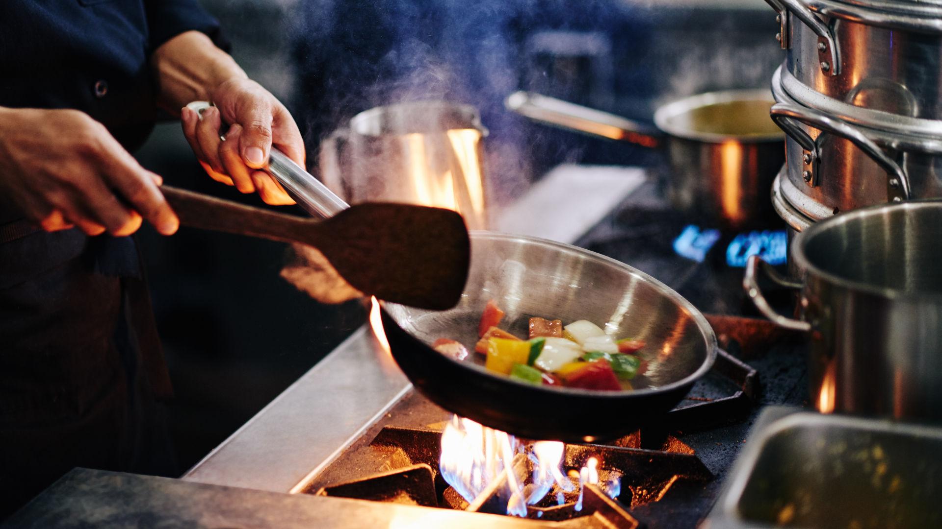 Koch beim Anbraten