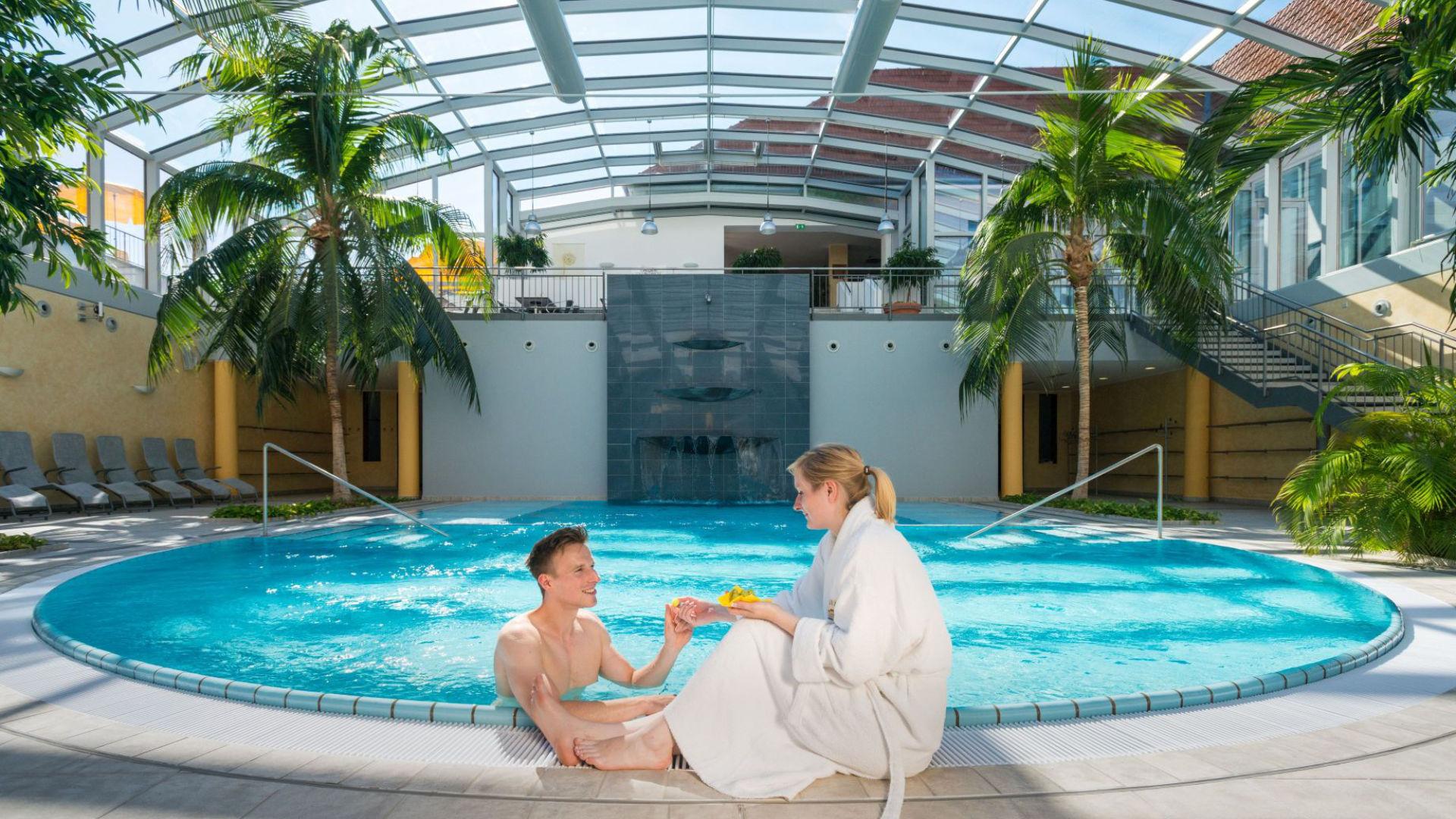 Paar entspannt im BÄDERHAUS Bad Kreuznach im Kurzurlaub