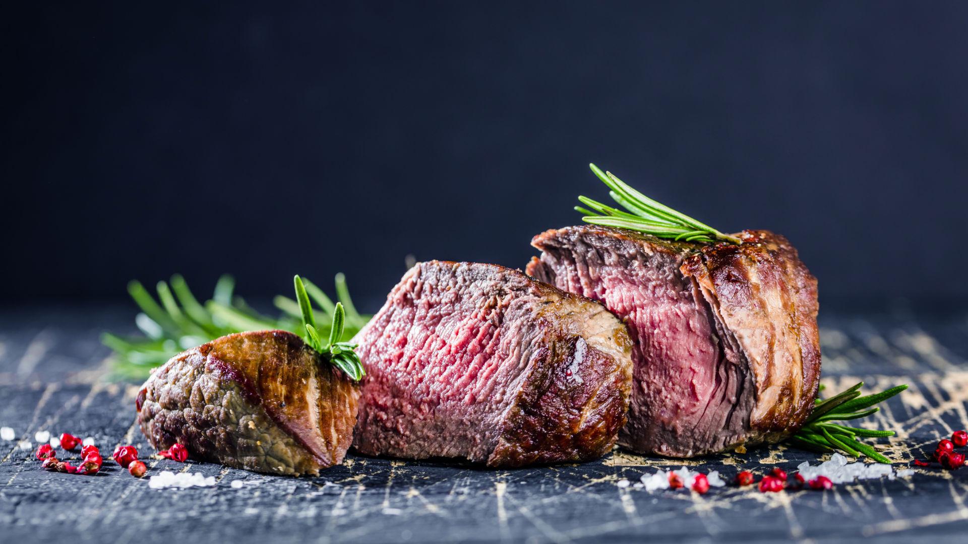 Rosa gebratenes Beef-Steak mit Kräutern