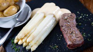 Spargel anreichtet mit Steak