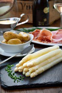 spargel angerichtet mit kartoffeln und schinken