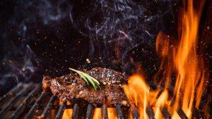 Steak im Southbend Beefer mit Feuer